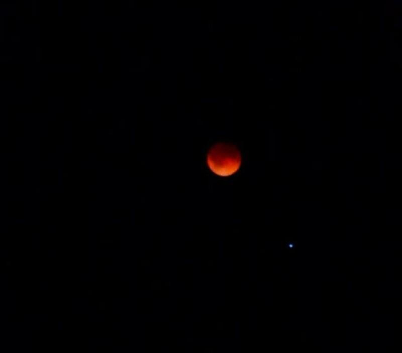 La presidenta del Conaculta compartió varias imágenes de la luna roja.