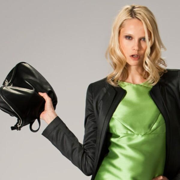 Los cortes asimétricos predominan esta temporada; el saco marca tendencia, en conjunto con un vestido de seda en tono verde pistache.