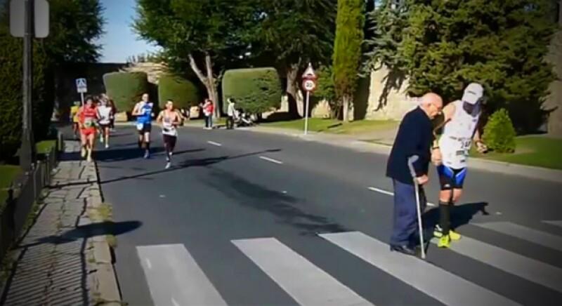 En 2014, el triatleta español Nacho Piedras paró durante una carrera para ayudar a un anciano a cruzar la calle, la imagen se hizo viral en internet.