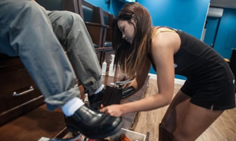 El modelo de negocio está basado en hacer que mujeres lustren los zapatos. (Foto: Tomada de Starshinenyc.com)