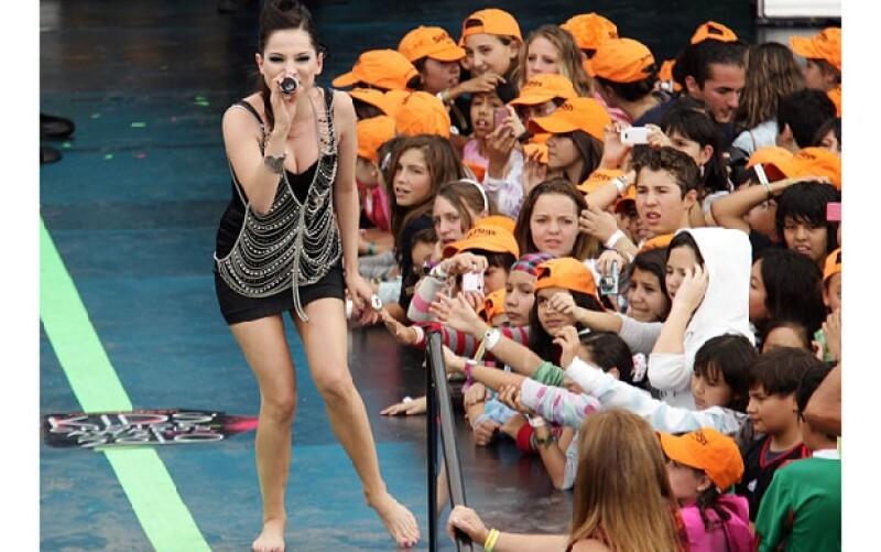 La encargada del opening fue Paty Cantú quien hizo su interpretación descalza.