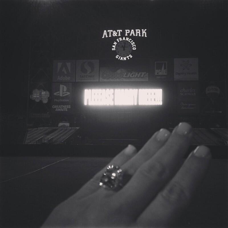 `Sí!!´fue lo que escribió Kim Kardashian junto a la foto del gigantesco anillo que le dio Kanye, teniendo de fondo la petición de su novio: `Por favor, cásate conmigo´..