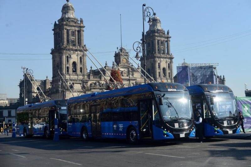 La jefa de Gobierno dio el banderazo de salida a las nuevas unidades del trolebús en el Zócalo. Foto: Comunicación CDMX