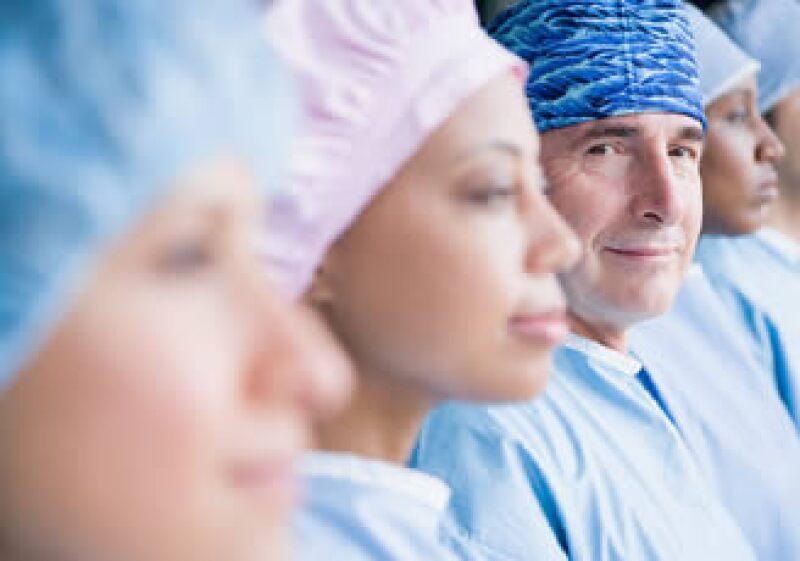 Para los médicos es esencial continuar estudiando y lograr una especialización, aconsejan los expertos. (Foto: Jupiter Images)