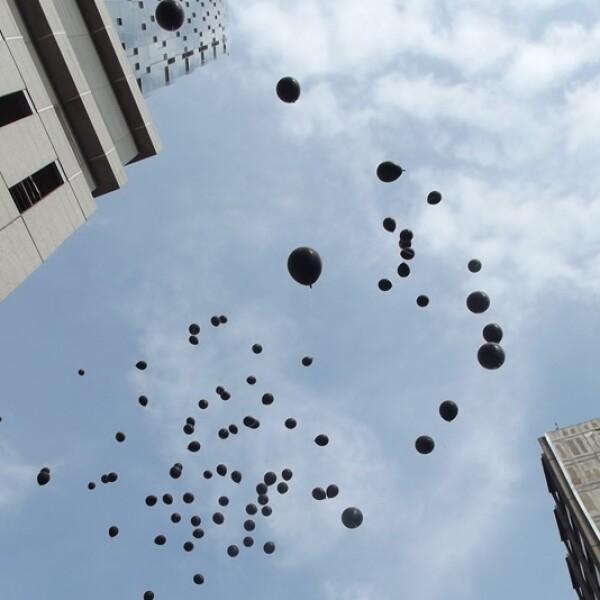 Los globos negros fueron soltados por los parientes de los jóvenes