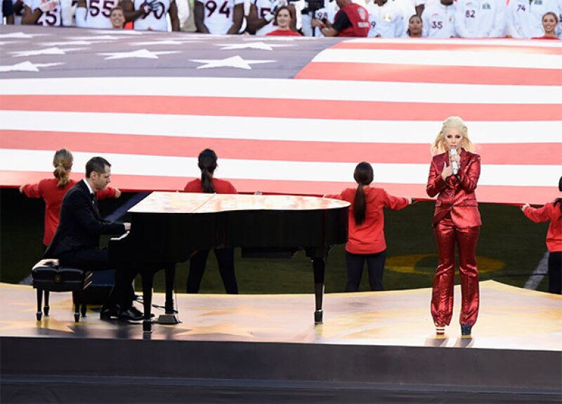 No hubo mejor manera de comenzar el partido entre los Panters y Broncos que con la interpretación de Lady Gaga, quien aseguró fue uno de los 'momentos de más honor en su carrera'.