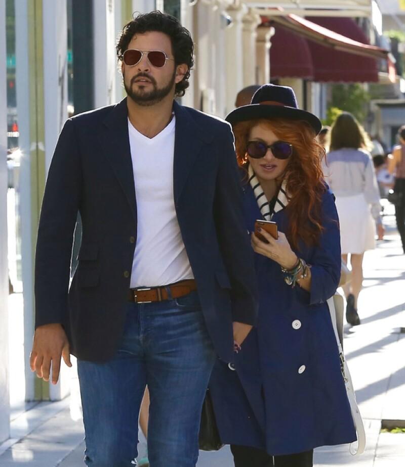 Gerardo Bazúa y Paulina Rubio paseando por Los Ángeles.
