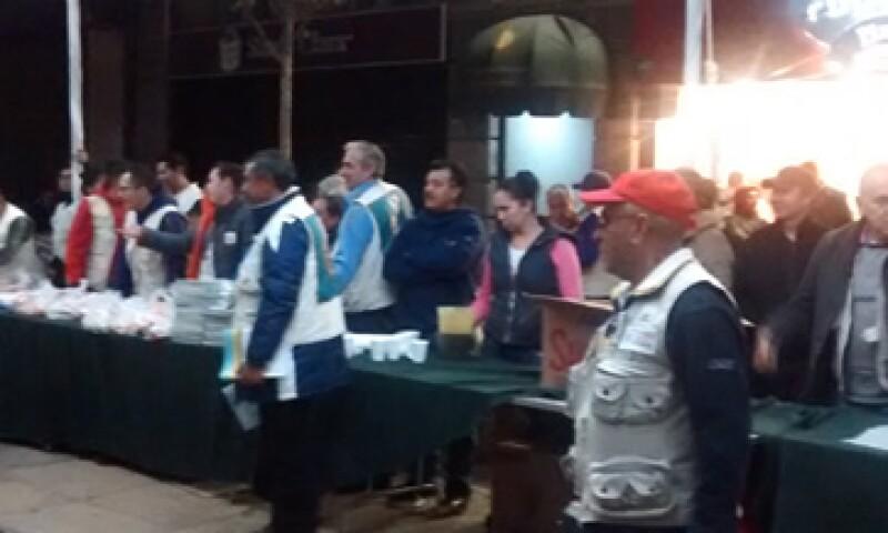 Como en cualquier fiesta popular en la Ciudad de México, los asistentes intentan divertirse mientras esperan la cita con el papa (Foto: Cristóbal Martínez)