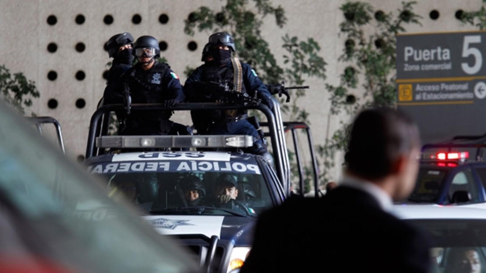 policias patrullan el aeropuerto