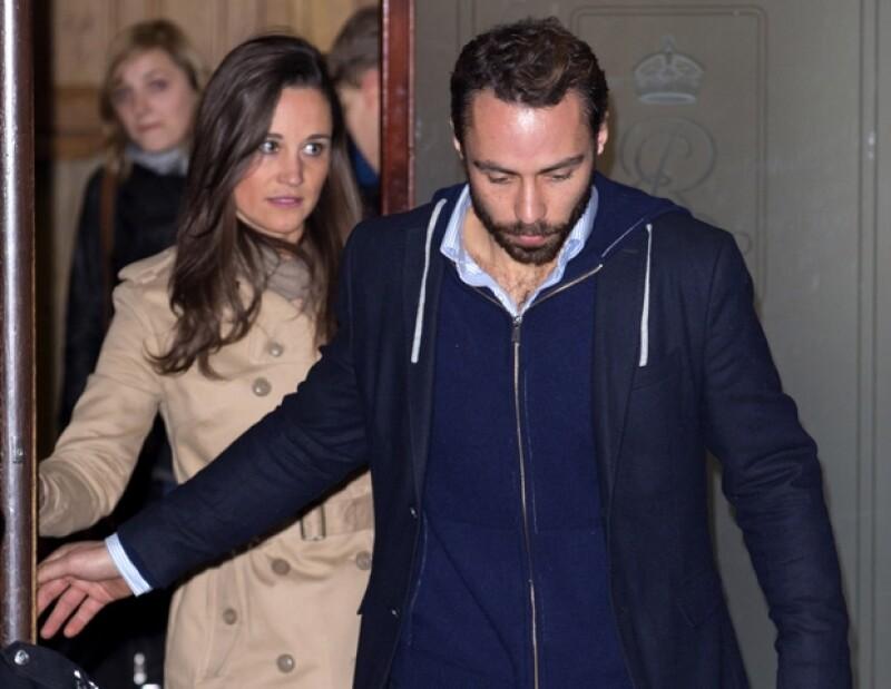 Pippa y James Middleton, hermanos de la Duquesa, fueron fotografiados al salir del hospital tras la visita a su hermana.