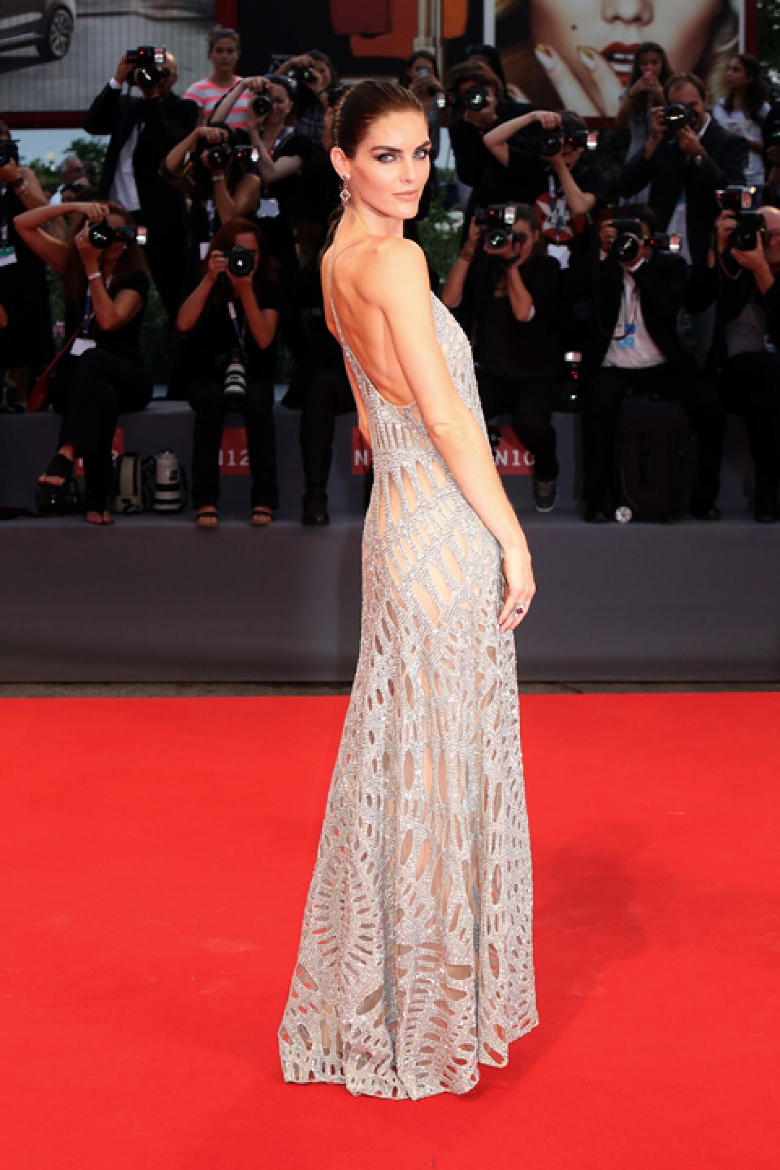 Hilary Rhoda llegó súper sexy a la premiere de `Spotlight´ con un vestido de lentejuelas y cut outs de Kaufmanfranco que complementó con joyas de Chopard.