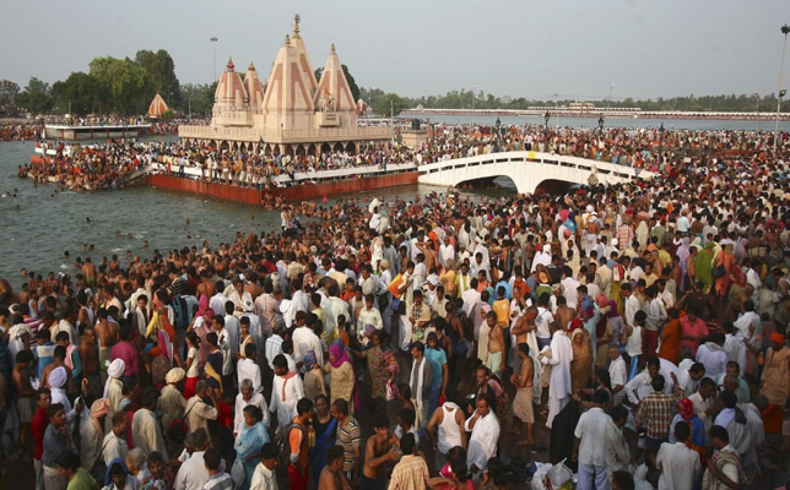 Los habitantes de Bangladesh se agruparon en un estadio para obervar el evento astronómico.
