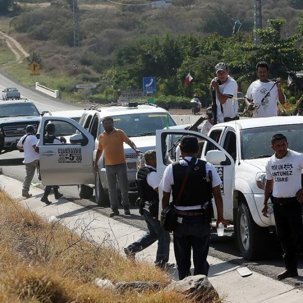 Las autodefensas cubrieron las entradas al municipio