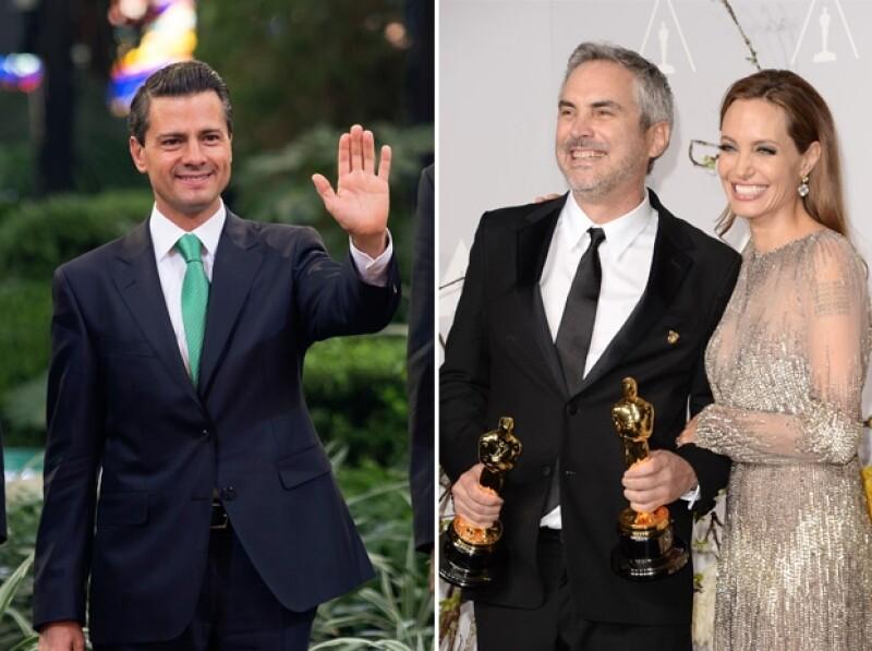 Luego de recibir el galardón dorado, Alfonso Cuarón posó con Angelina Jolie, de quien recibió la esperada estatuilla.