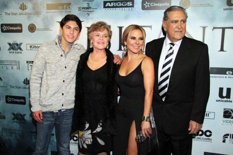 La guapa actriz llegó acompañada de su familia.