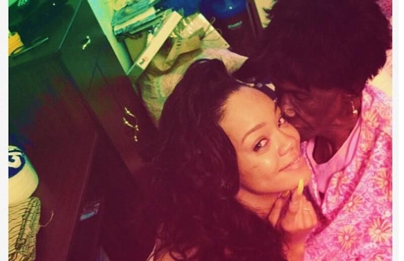Rihanna recuerda a su abuelita.