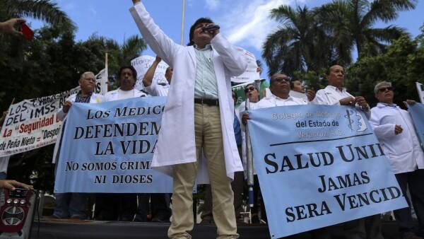 Médicos del país participaron en una serie de protestas este miércoles para exigir el cumplimiento a demandas de mayor equipamiento médico en rechazo a leyes que, aseguran, los criminalizan.