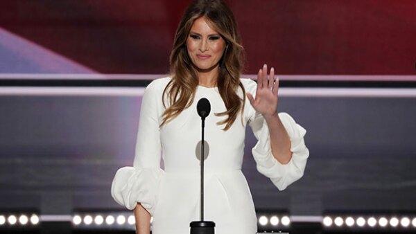 """La esposa de Donald Trump no sólo sorprendió por su speech """"robado"""" en la Convención Nacional Republicana, también lo hizo por su vestido, el cual tuvo un 'efecto Kate Middleton'."""