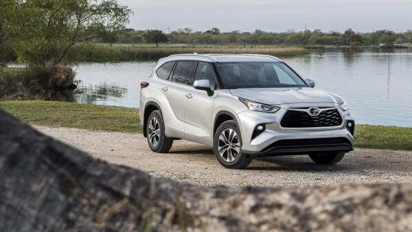 2020_Toyota_Highlander_XLE_FWD_Silver-Metallic_016.jpg