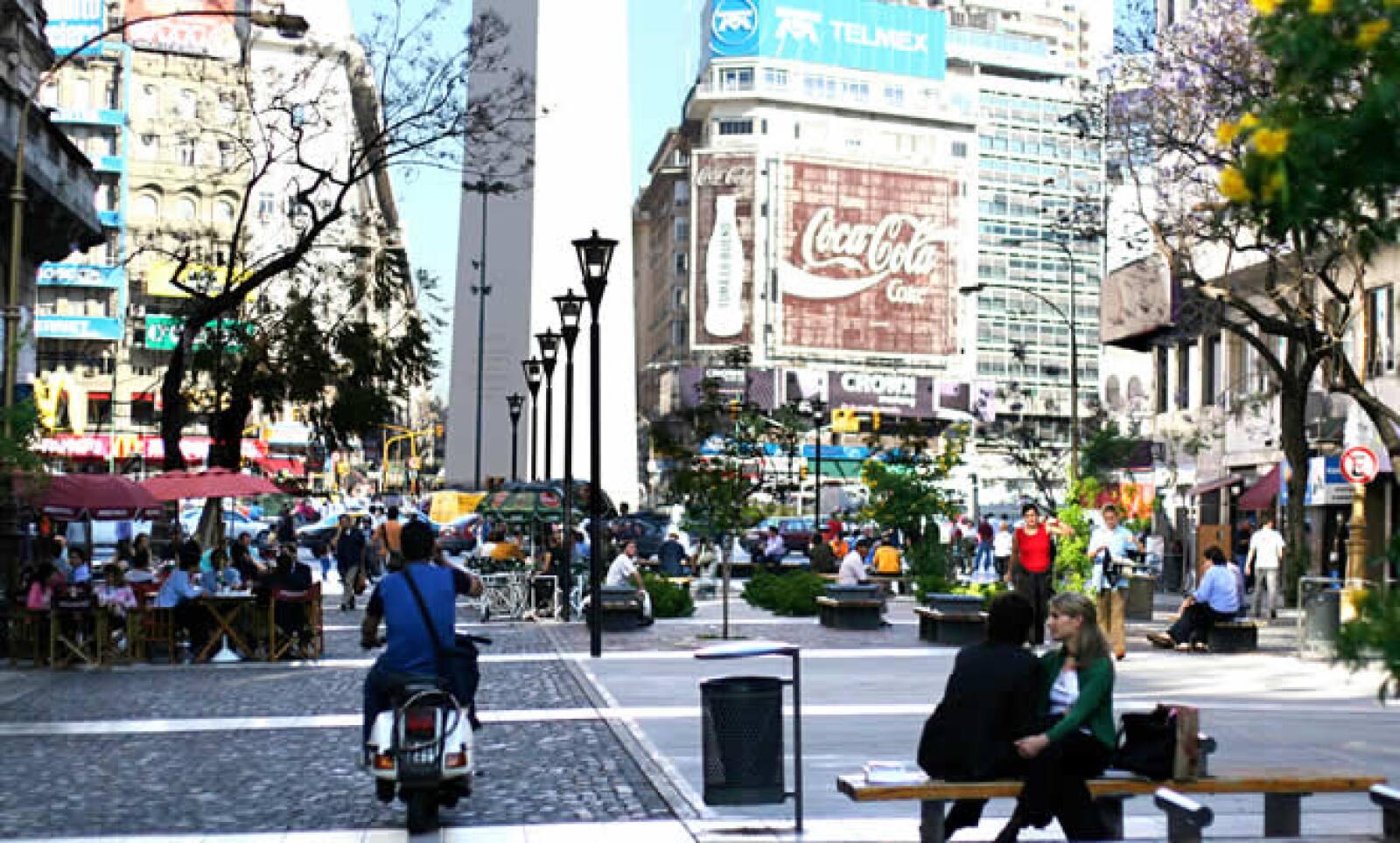 Terminamos este recorrido por la capital de Argentina, con una instantánea de Av. Corrientes, una de las calles más representativas de la vida nocturna de esta ciudad porteña.