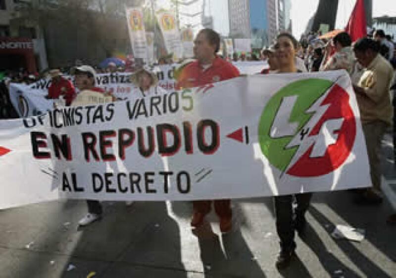 Decenas de miles de personas marcharon del Ángel al Zócalo del DF. (Foto: Reuteres)