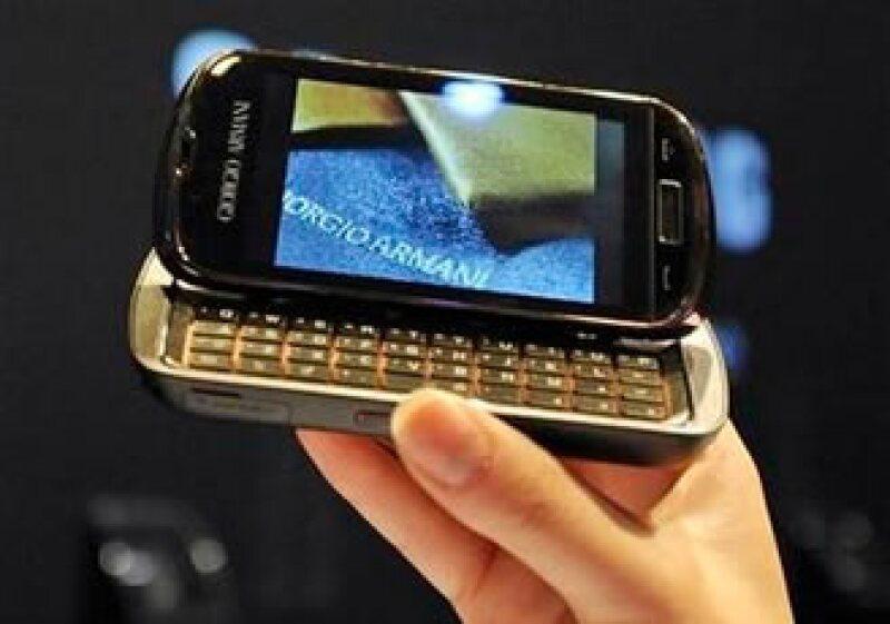 El celular está diseñado para combinar con los trajes de Armani. (Foto: Reuters)