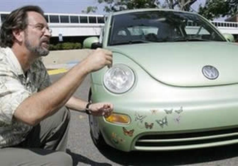 El profesor Dennis Slice analiza los rasgos de un auto Beetle, de Volkswagen. (Foto: AP)