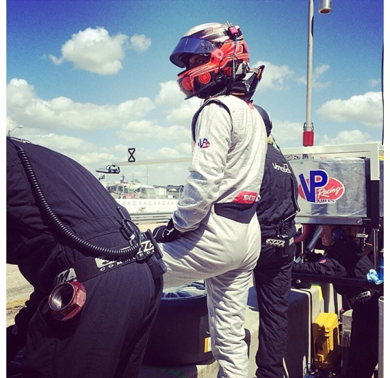 La guapa conductora no dejó pasar un instante de los momentos más importantes de la carrera.