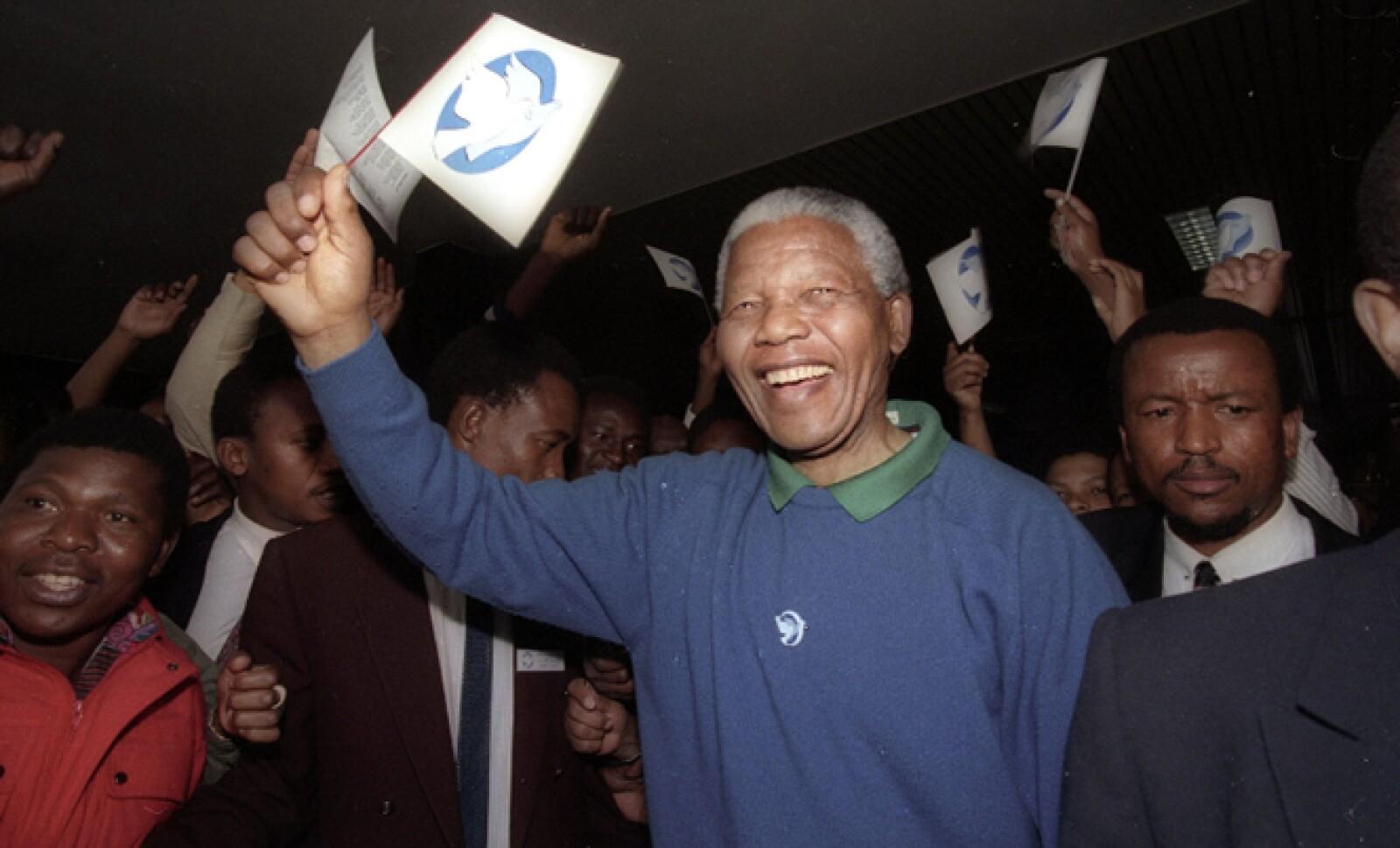 El expresidente de Sudáfrica y activista a favor de los derechos humanos que luchó contra el apartheid,  Nelson Mandela, murió este jueves 5 de diciembre en su país, un hombre que trascendió más allá de la política.