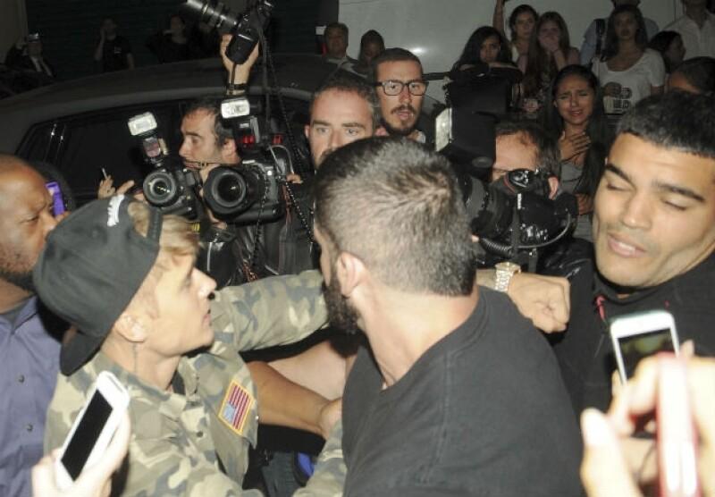 El cantante perdió la paciencia durante su estancia en Paris Fashion Week, donde al ser acosado por los fotógrafos, decidió responder de manera violenta.
