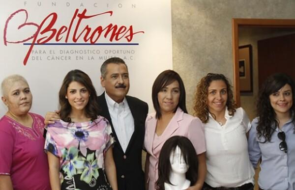 Sylvana y Manlio Fabio con las mujeres a las que donaron pelucas.