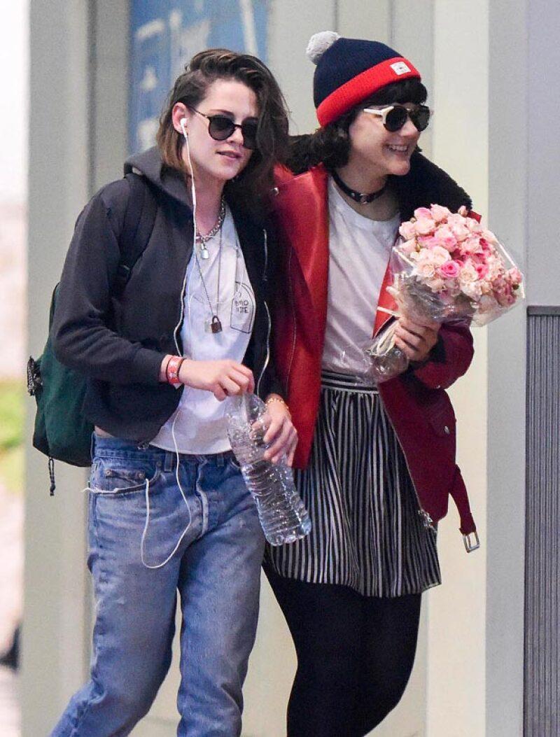 La cantante SoKo fue captada llevándole flores a Kristen Stewart, lo que aviva aún más los rumores de una relación entre ambas.