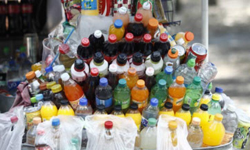 Desde este año se aplica un peso por litro de bebidas azucaradas. (Foto: Cuartoscuro)