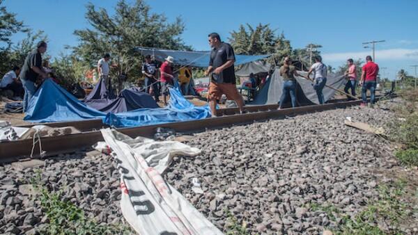 Mestros manifestantes en vías ferroviarias de Michoacán