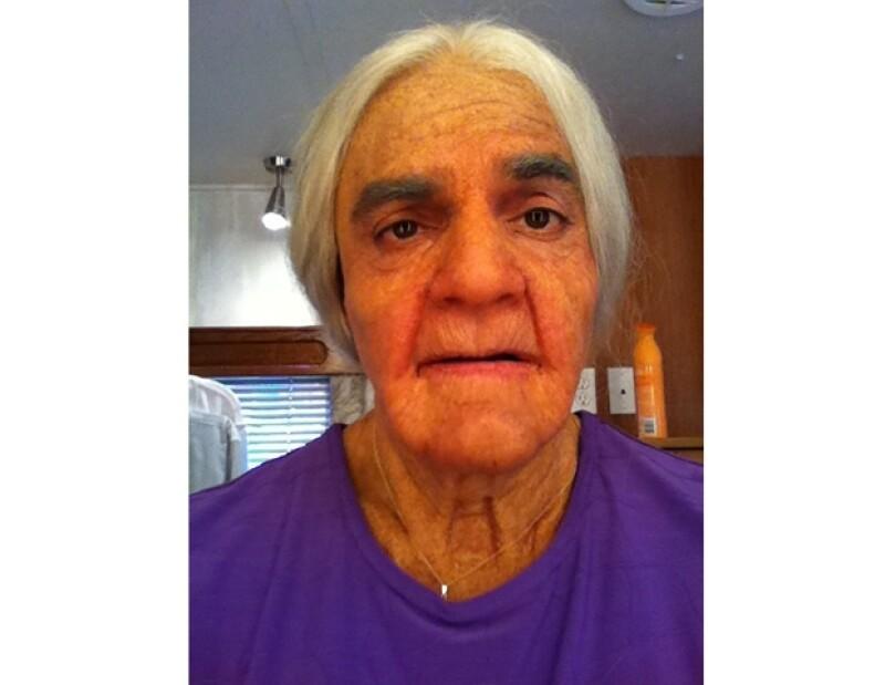 Así es como luce el comendiante mexicano caracterizado de una mujer de la tercera edad.