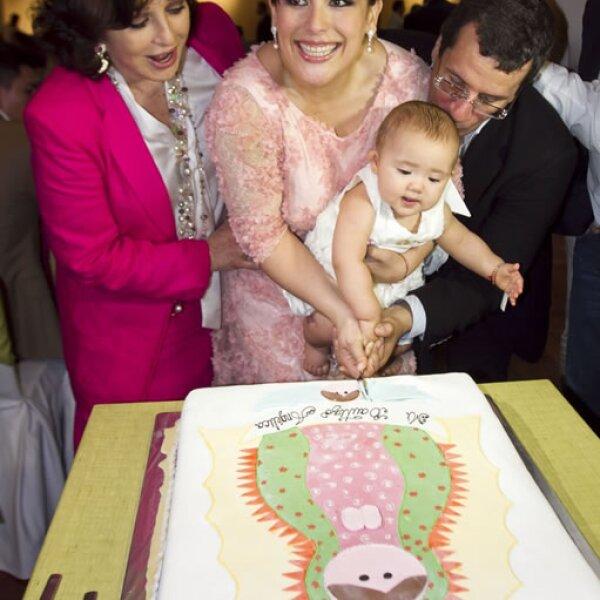 Angélica María se mostró feliz de ver a su tierna nieta cortar su pastel de bautizo.