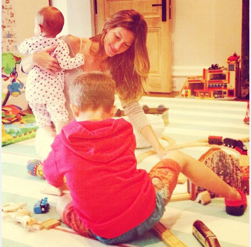 Gisele juega con sus hijos como cualquier otra mamá.