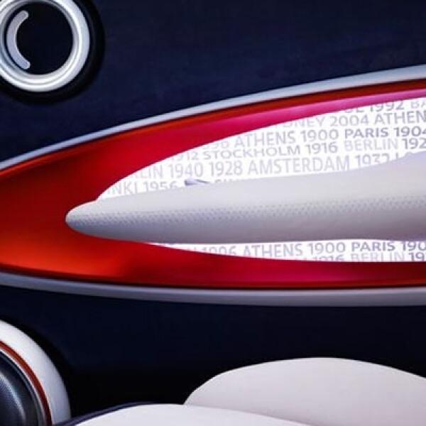 La parrilla cuenta con una estructura formada por logos de la marca en color rojo metálico contrastado con blanco.