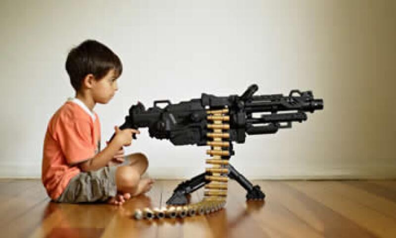 Las normas aplicables a juguetes establecen que las pistolas deben ser elaboradas en tonos neon y con tamaños distintos al de armas reales. (Foto: Getty Images)
