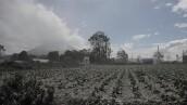 La erupción del monte Sinabung en Indonesia cubre de cenizas la región