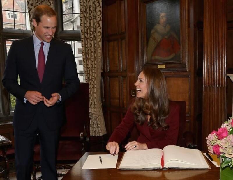 Kate y Guillermo lucieron sonrientes .