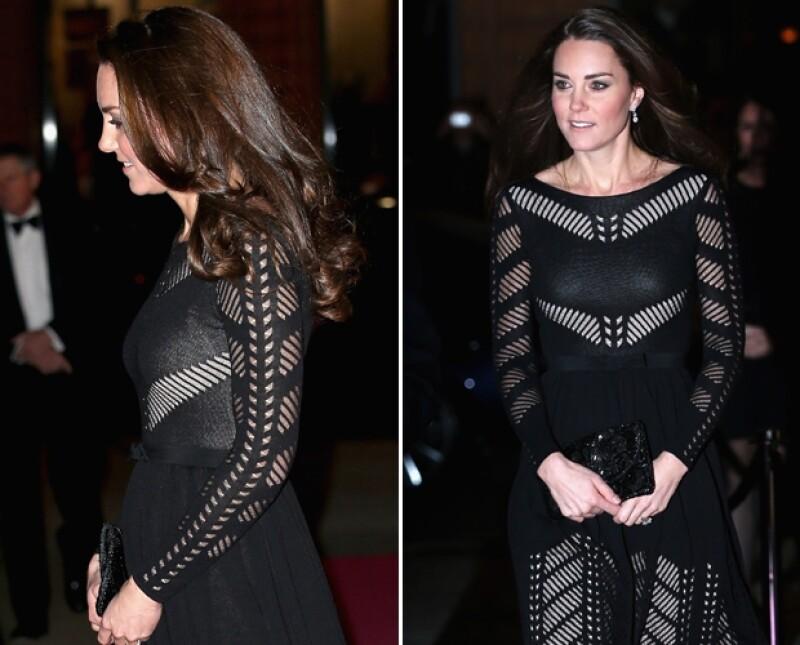 La esposa del príncipe Guillermo acudió a otro evento público esta semana. Dejó lucir su embarazo en un vestido negro con transparencias, estilo poco común, no por ello inadecuado en ella.