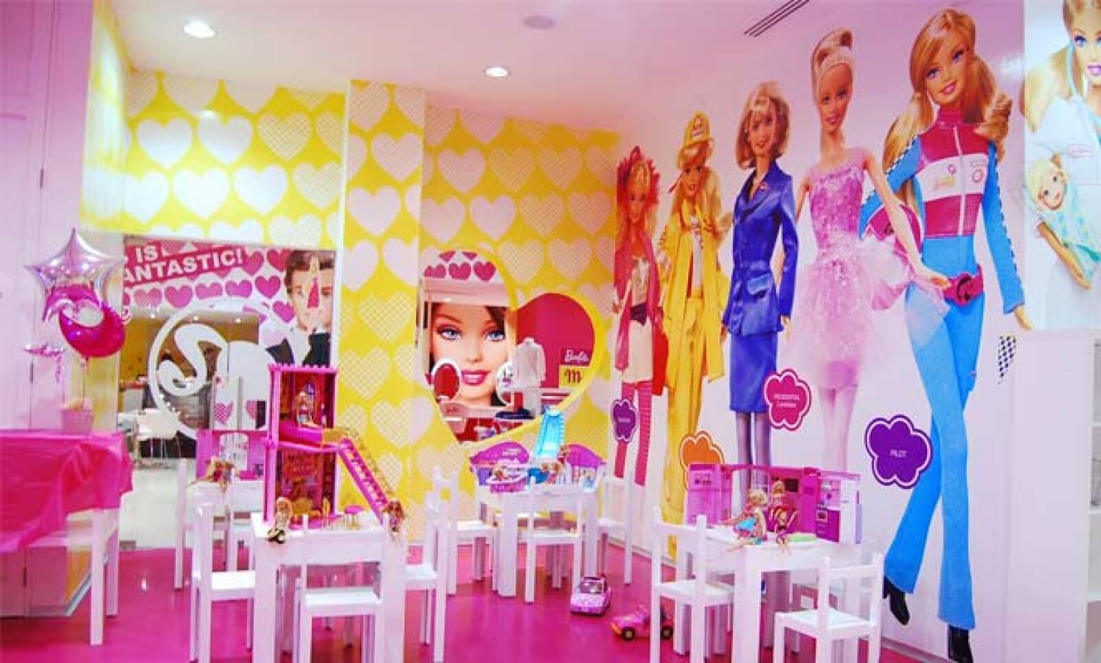 Barbie Store México abrió sus puertas el 11 de diciembre de 2009 en el Centro Comercial Santa Fe de la Ciudad de México.