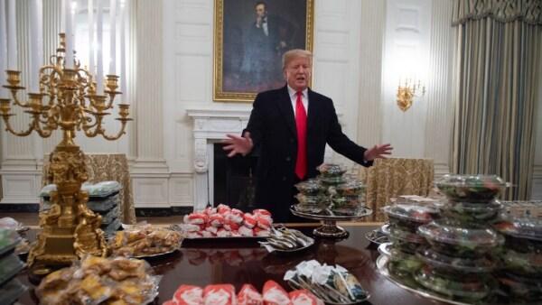 Trump ordena hamburguesas para cenar por la falta de cocineros
