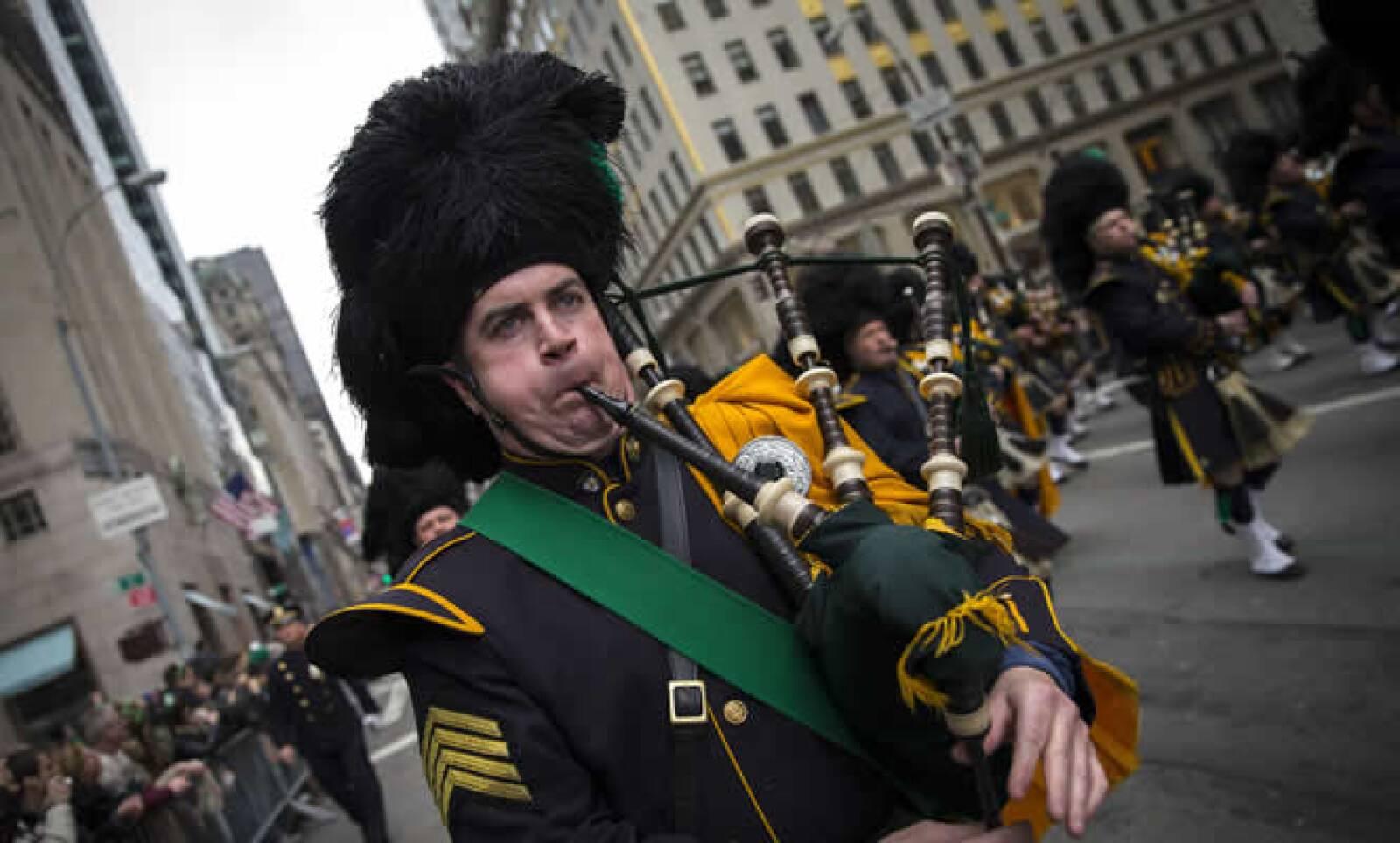 Un gaitero le pone más color al desfile de Nueva York para recordar a San  Patricio, quien usó un trébol para explicar la santísima trinidad.