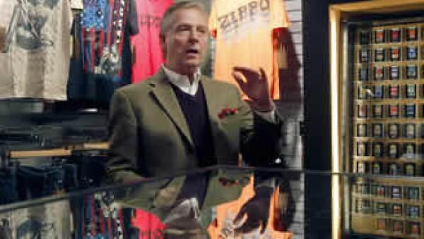David Warfel, director de mercadeo global de Zippo presenta nuevos productos, desde relojes hasta colonias que se venderán en tiendas y quioscos exclusivos. (Foto: AP)