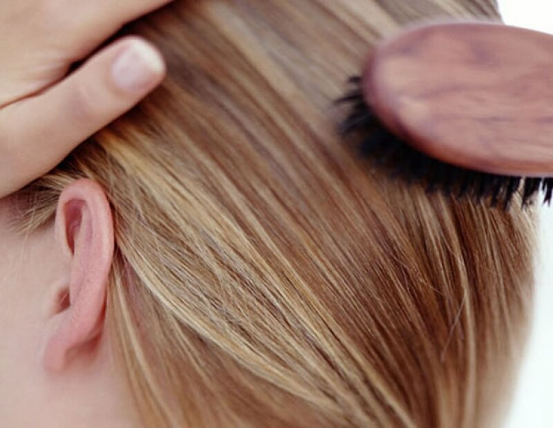 Trata de cepillar tu pelo con un cepillo de cerdas naturales por lo menos tres veces al día.