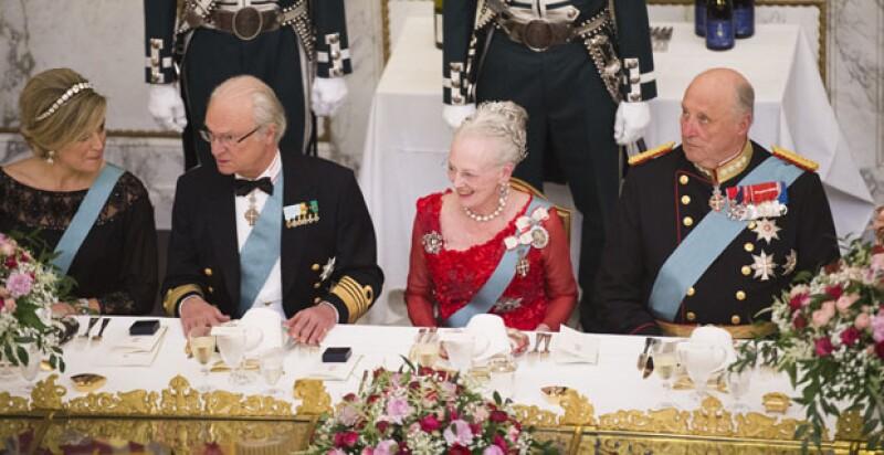 Se sentó al lado de la reina de Holanda, el de Suecia y el de Noruega.