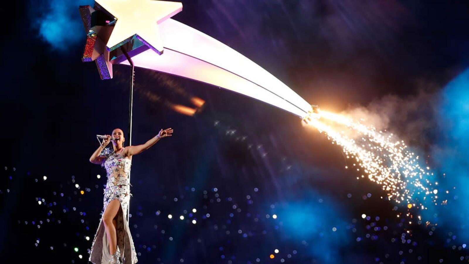 La cantante californiana cantó ?Fireworks? movida por estrellas de luces