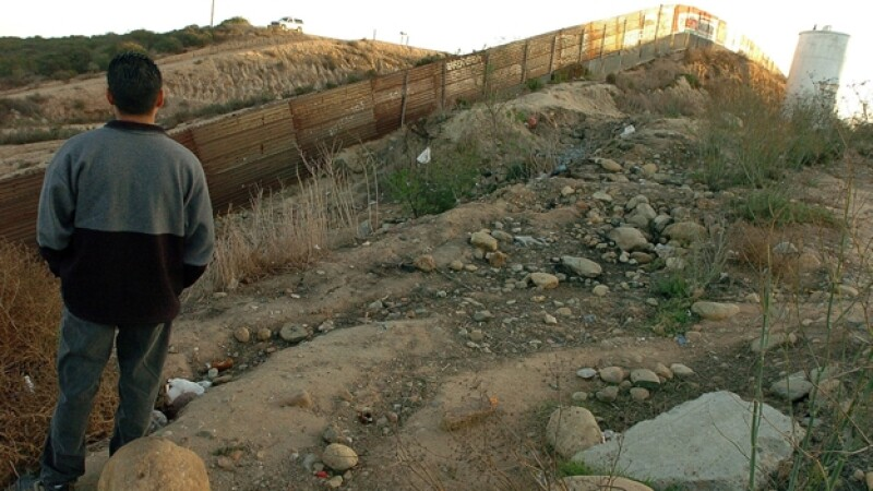Un migrante mexicano observa la frontera con Estados Unidos en Tijuana, Baja California, en espera de poder cruzar ilegalmente